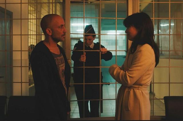 Eli Ben David e Héloïse Godet em 'The attaché' (Foto: Divulgação)