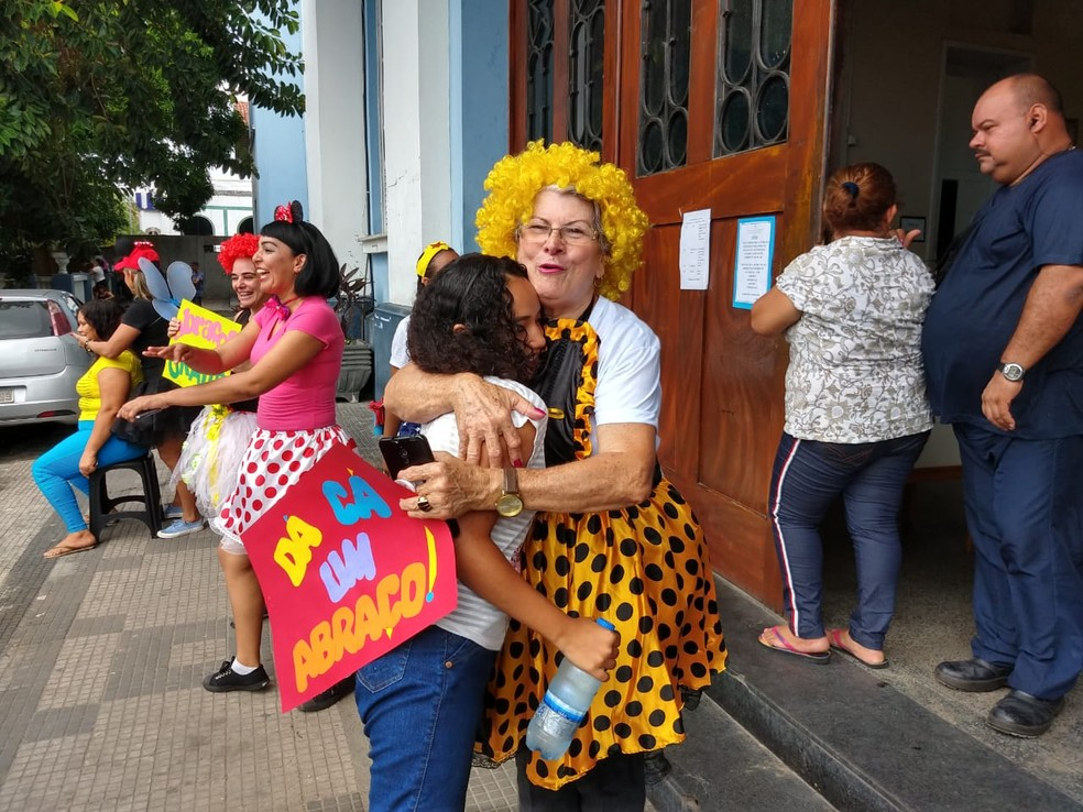 Candidatos ganharam abraços antes de entrar em local de prova em Manaus — Foto: Ive Rylo/G1