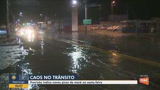 Maré alta causa pontos de alagamentos na SC-405 em Florianópolis