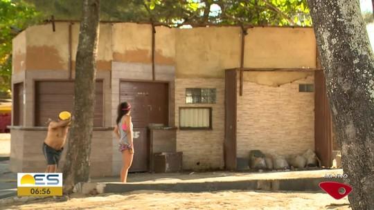 Quiosques da orla de Itapuã e Itaparica, em Vila Velha, começam a ser demolidos