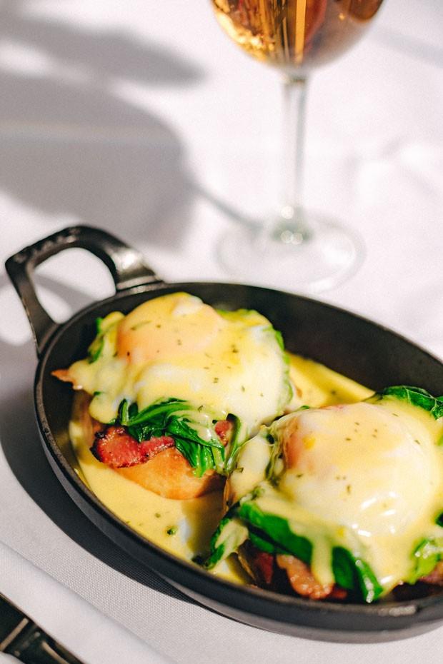 Ovos Beneditinos: receita leva espinafre, bacon e molho no pão brioche (Foto: Thays Bittar/Divulgação)