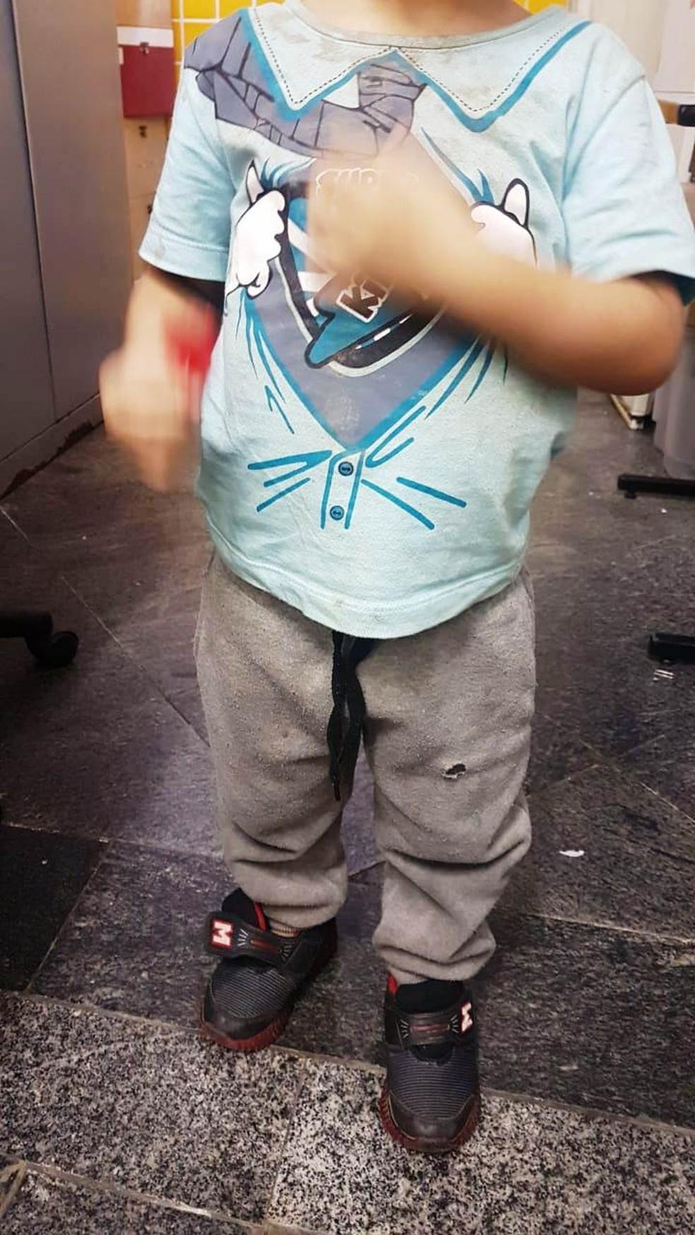 Menino, de 3 anos, foi abandonado pelos país, que foram presos por tráfico de drogas (Foto: G1 Santos)