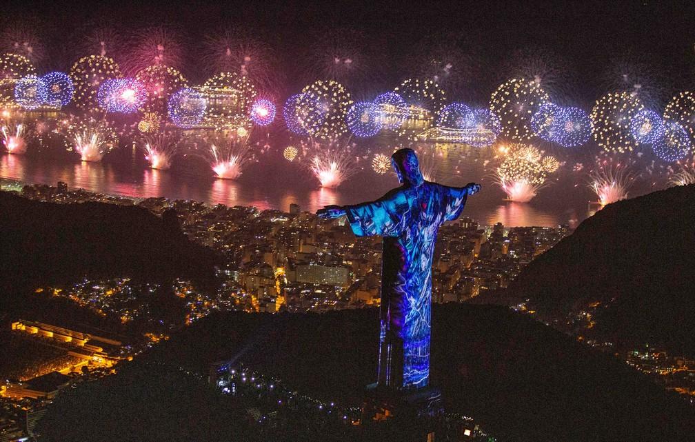 Cristo iluminado por fogos no réveillon — Foto: Fernando Maia/Riotur
