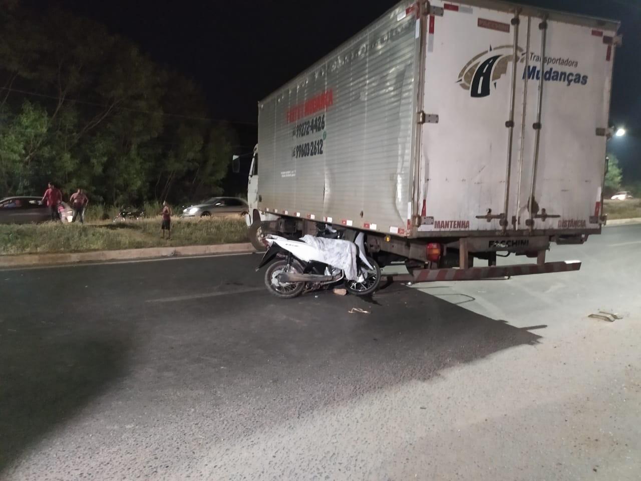 Adolescente de 16 anos morre após bater em caminhão que fazia manobra em Cuiabá