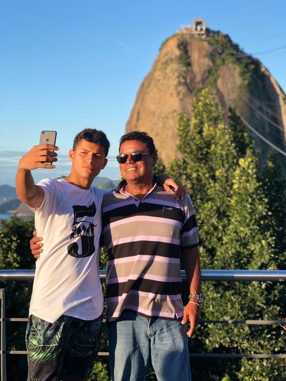 Danrley e o pai conhecem o Pão de Açucar (Foto: Mayara Vieira/Divulgação)