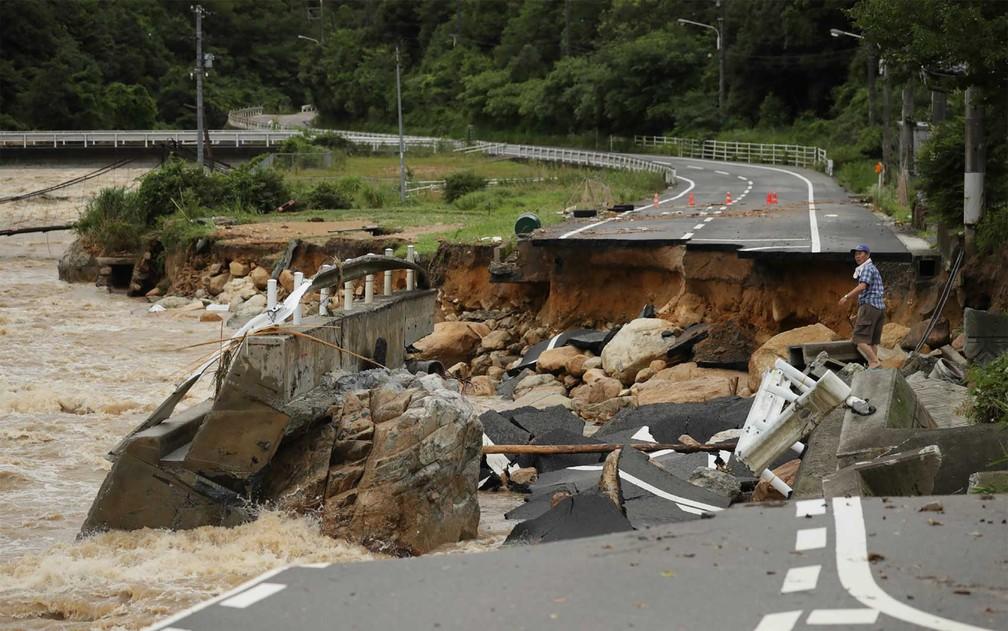 Chuvas destruíram estrada em Hiroshima (Foto: AFP Photo)