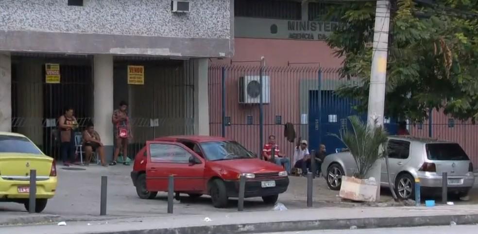 Fila na sede da Receita Federal em Madureira, na Zona Norte do Rio, nesta quarta-feira (15) — Foto: Reprodução/TV Globo