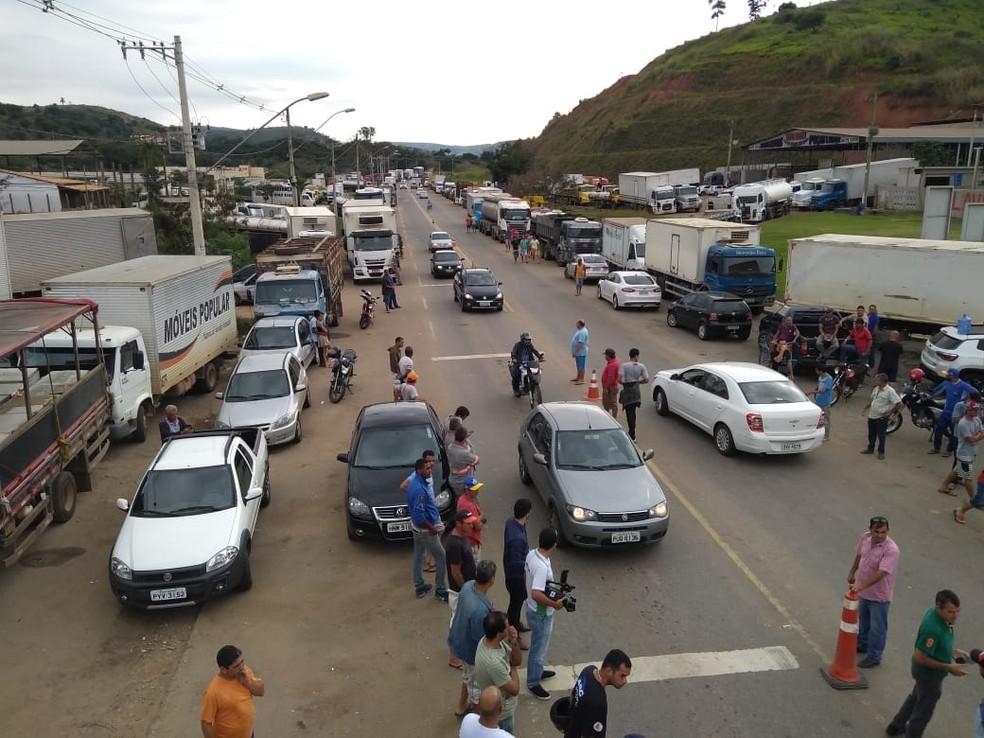 Caminhoneiros protestam às margens da BR-116 em Governador Valadares (Foto: Tiago Lopes/InterTV dos Vales)