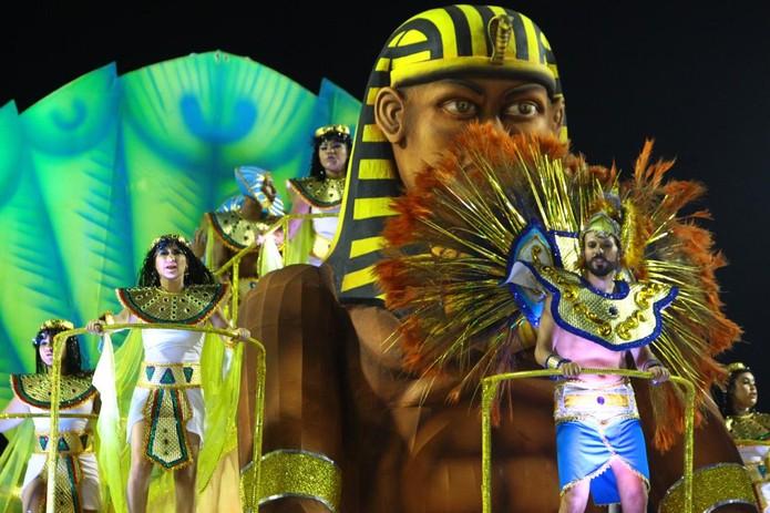 Durante o desfile no carnaval santista, escola de samba abordou a trajetória dos negros — Foto: Vanessa Rodrigues/Jornal A Tribuna de Santos