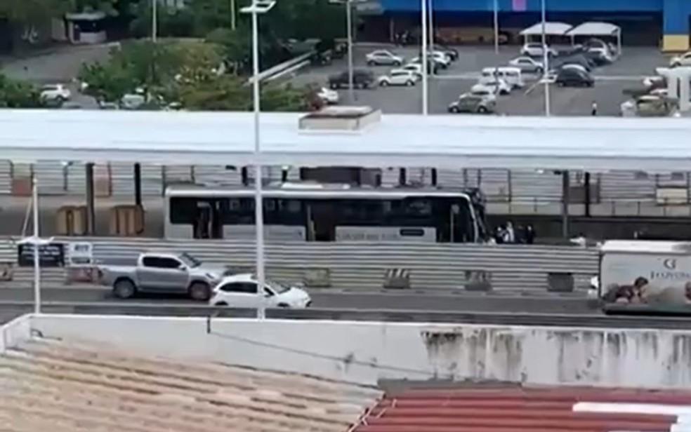 Primeiro teste para avaliar estações do BRT é realizado em Salvador — Foto: Giulia Marquezine/TV Bahia
