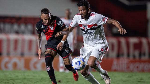 Janderson e Reinaldo em lance de Atlético-GO x São Paulo