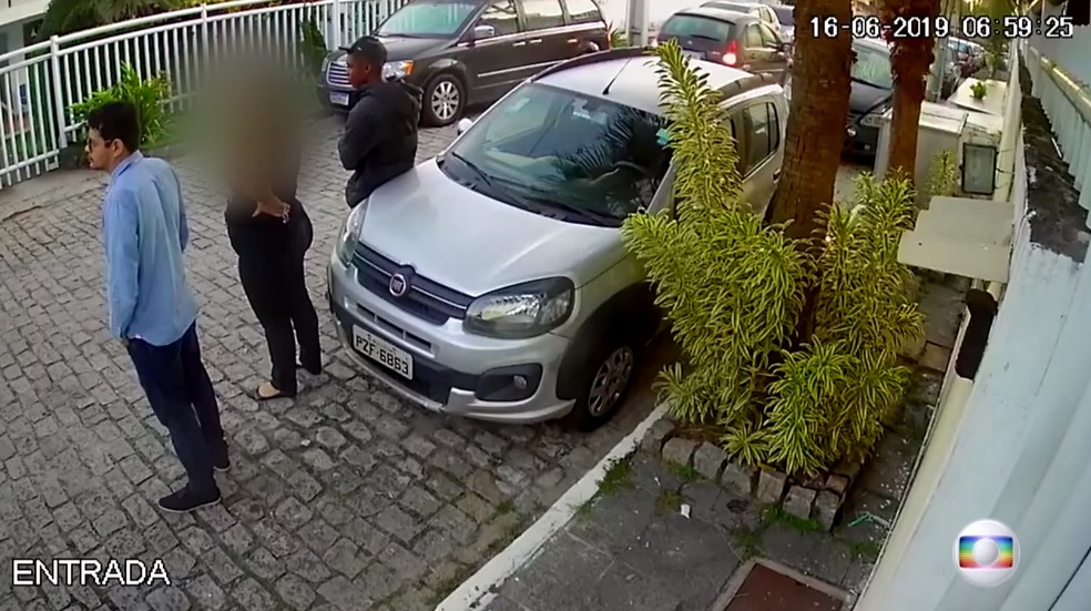 6h59 - Lucas, de camisa preta, e Flávio, de camisa azul, conversam perto de casa — Foto: Reprodução/TV Globo