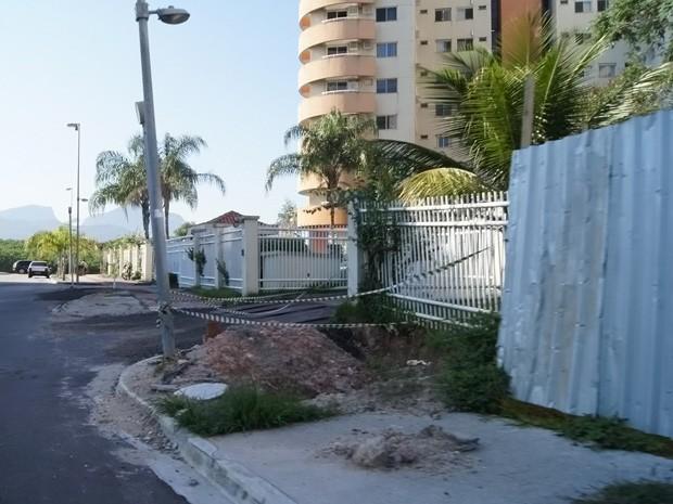 Uma fita isola uma buraco no meio da calçada. Dele, é possível ver o encanamento do entorno da Vila (Foto: Cristiane Cardoso / G1)