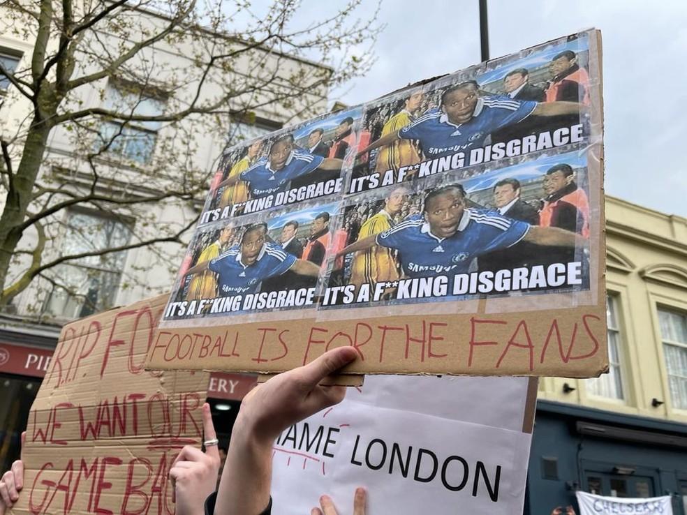 Torcedores do Chelsea protestam contra a Superliga em frente ao Estádio Stamford Bridge — Foto: Renata Heilborn