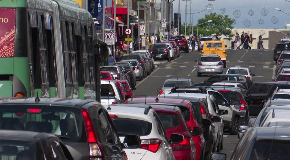 Motorista foi multada por dirigir sem atenção — Foto: Paulo Martins/RPC Ponta Grossa