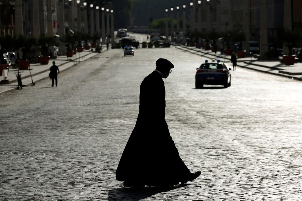 Padre caminha pela Via della Conciliazione, próxima à Cidade do Vaticano, em foto de 2 de setembro — Foto: Remo Casilli/Reuters/Arquivo