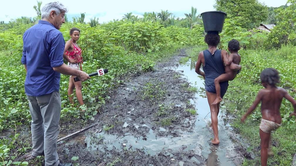 Caco Barcellos com família no Maranhão — Foto: Profissão Repórter