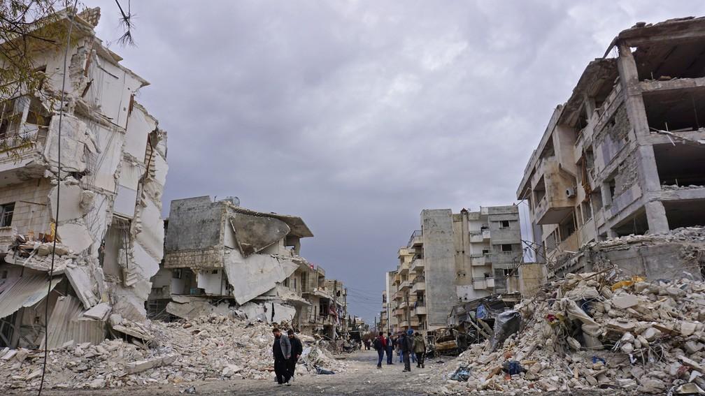 Foto de 14 de março mostra destruição provocada por ataque na cidade Idlib, no noroeste da Síria — Foto: Muhammad Haj Kadour / AFP