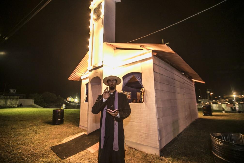 Igrejinha da cidade cenográfica teve até padre para fazer as 'celebrações' (Foto: Charles Johnson/Divulgação)