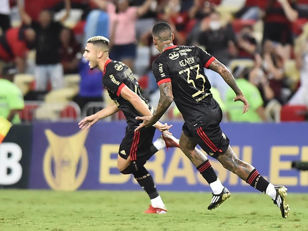 Andreas Pereira comemora seu gol de falta pelo Flamengo — Foto: André Durão