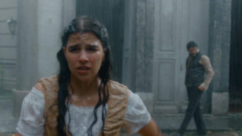 Pilar (Gabriela Medvedovski) é seguida por sujeito estranho na rua em 'Nos Tempos do Imperador' — Foto: Globo