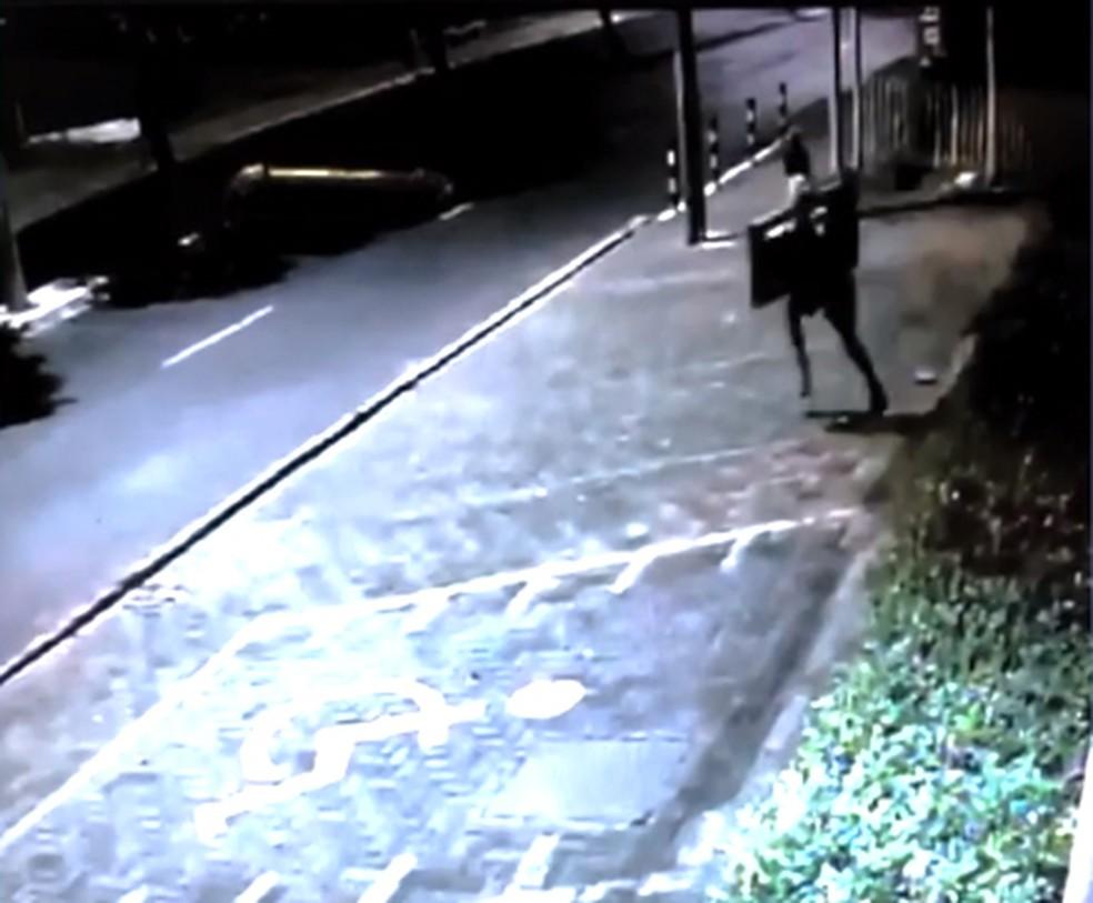 Suspeito é flagrado por câmera roubando televisão de clínica em Teresina — Foto: Divulgação/PM