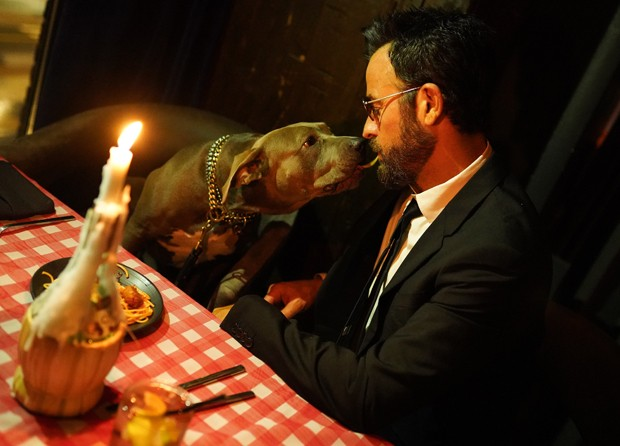 Justin Theroux e sua pitbull Kuma recriam cena de A Dama e o Vagabundo (Foto: Getty Images)