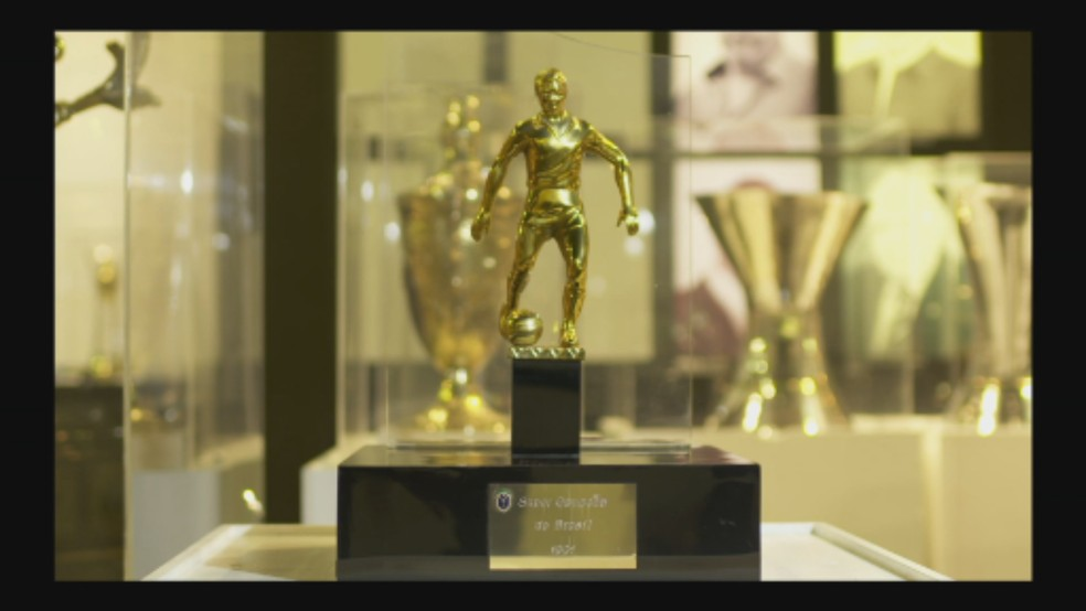 Taça da Supercopa do Brasil de 1990 nunca foi entregue ao Grêmio — Foto: Reprodução/RBS TV