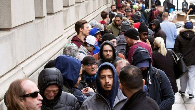 Após a legalização da maconha, lojas ficaram com longas filas  (Foto: Reuters via BBC)