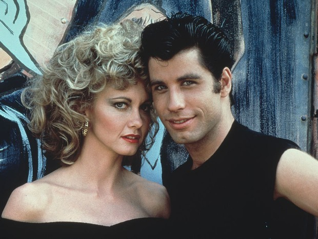 "A atriz com John Travolta no filme ""Grease"" (Foto: Getty Images)"