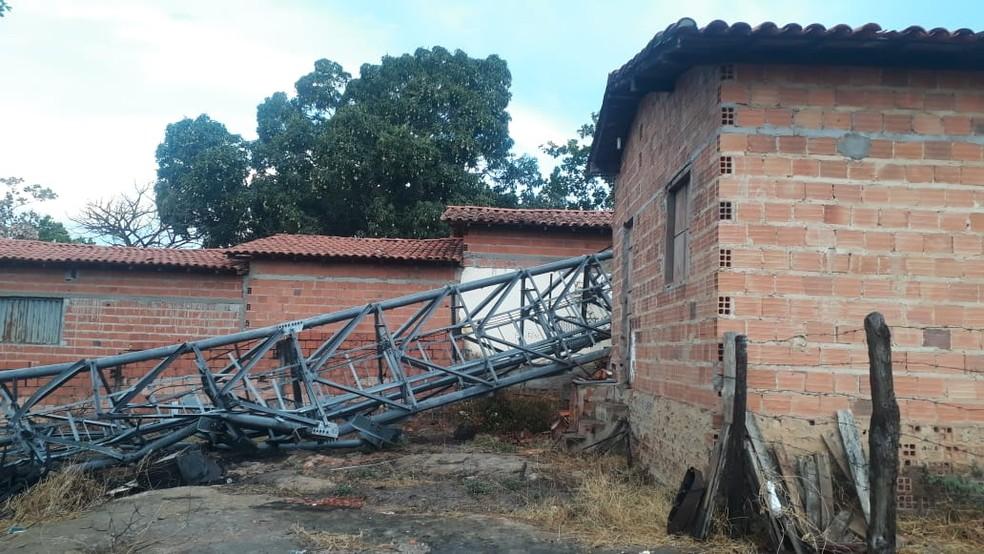 Torre destruiu duas casas na cidade de Palmeirais, no Norte do Piauí — Foto: Divulgação /PM