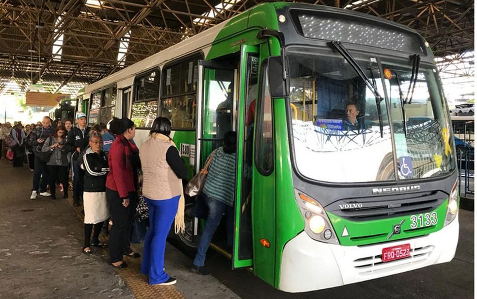 Passageiros enfrentam fila para entrar no ônibus em Campinas nesta quinta-feira (Foto: Johnny Insesperger/EPTV)