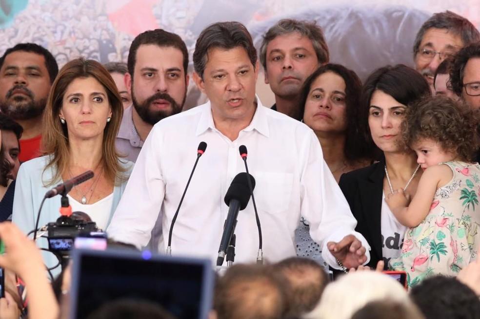 O candidato derrotado à Presidência, Fernando Haddad, discursa ao lado da esposa, Ana Estela, e da colega de chapa, Manuela D'Ávila â?? Foto: Celso Tavares/G1