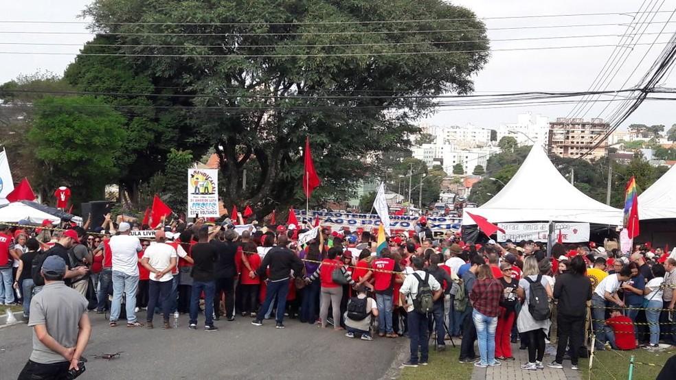 De acordo com a PM, duas mil pessoas participam de ato pró-Lula nos arredores da PF nesta terça-feira (1º) (Foto: Filipe Rosa/RPC Curitiba)