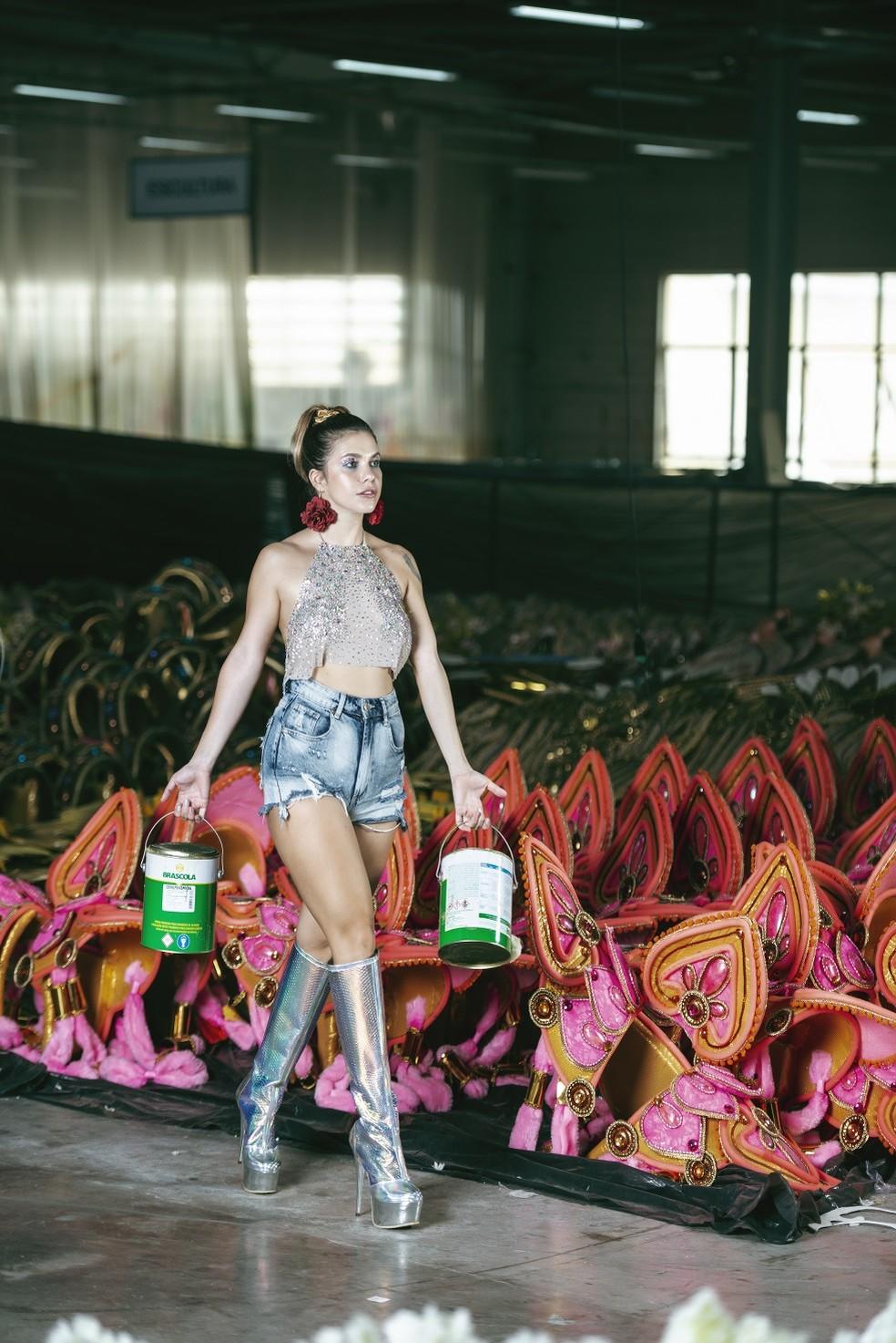 Atriz conta que está malhando pesado para fazer bonito na Beija-Flor — Foto: Vinícius Mochizuki/Divulgação