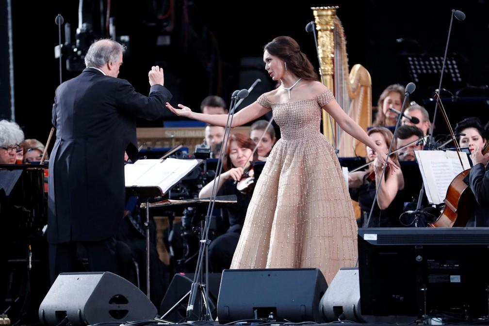 O maestro russo Valery Gergiev e a soprano russa Aida Garifullina em apresentação nesta quarta-feira (13) dedicado à Copa do Mundo (Foto: Sergei Chirikov/Reuters)
