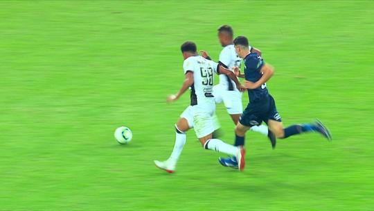 """Enderson mostra indignação com VAR após gol anulado contra o Flu: """"Um absurdo"""""""