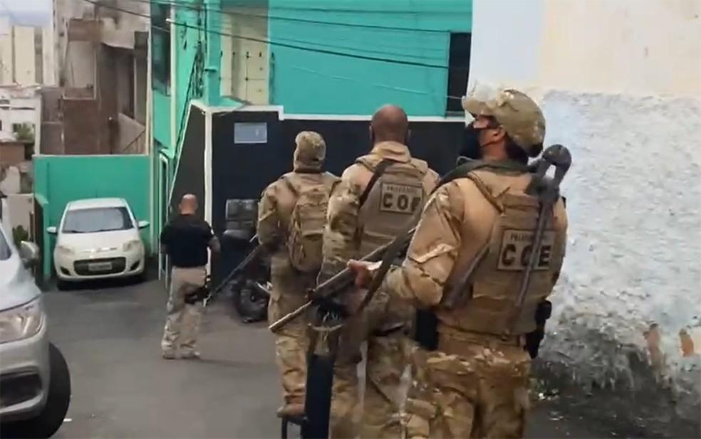 Operação cumpre mandados contra suspeitos de envolvimento na morte de tio e sobrinho em Salvador — Foto: Tony Silva/Polícia Civil