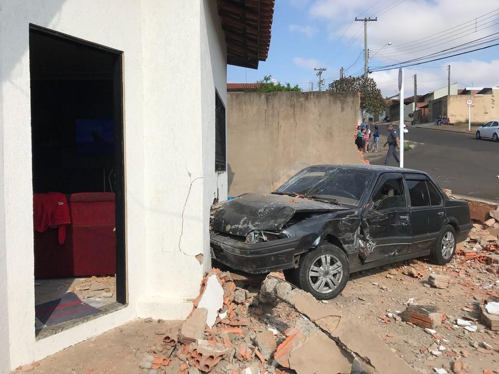Veículo quase invadiu cômodo da casa (Foto: Murilo Barbosa/TV TEM)