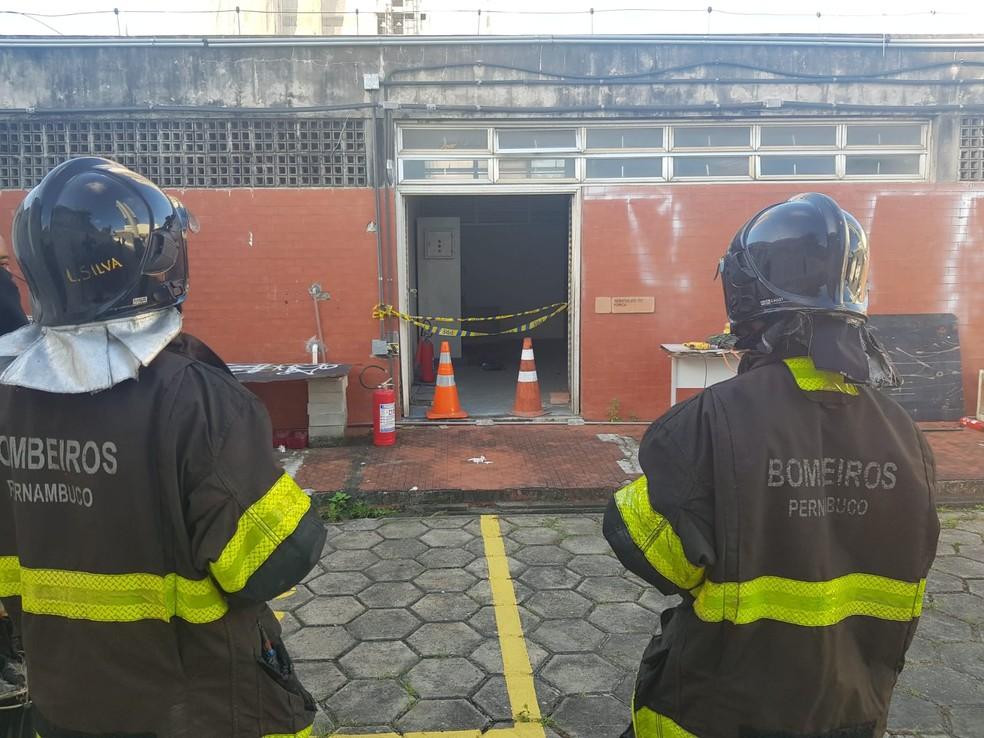 Bombeiros isolaram a área da explosão no prédio da PRF, no Pina, na Zona Sul do Recife  — Foto: Polícia Rodoviária Federal/Divulgação
