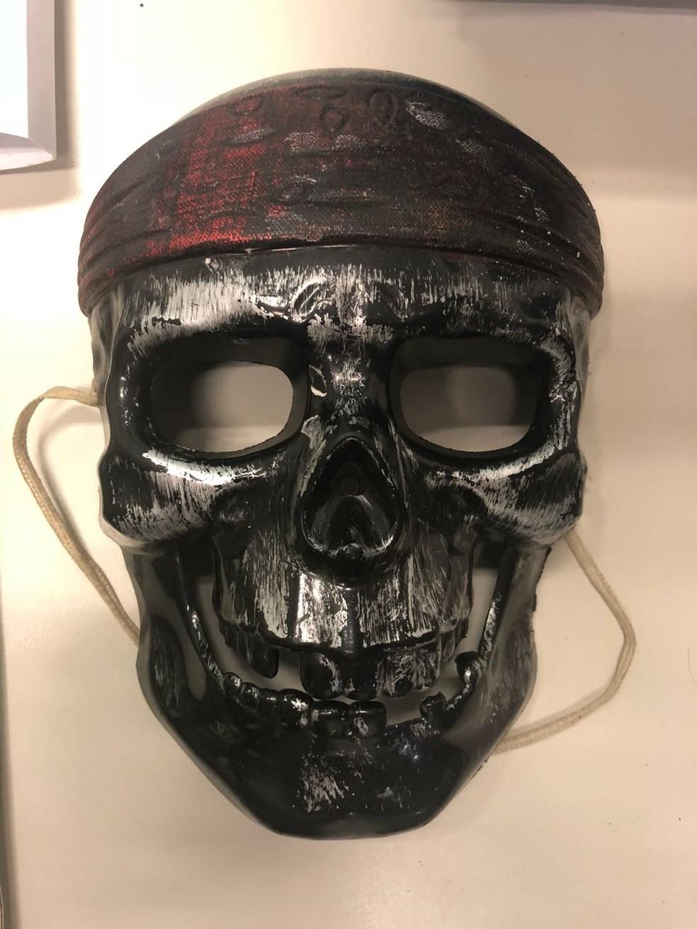 """Adolescentes tinham máscaras de caveira para """"não serem identificados"""" ao sair da casa da vítima. — Foto: Alysson Maruyama/TV Morena"""