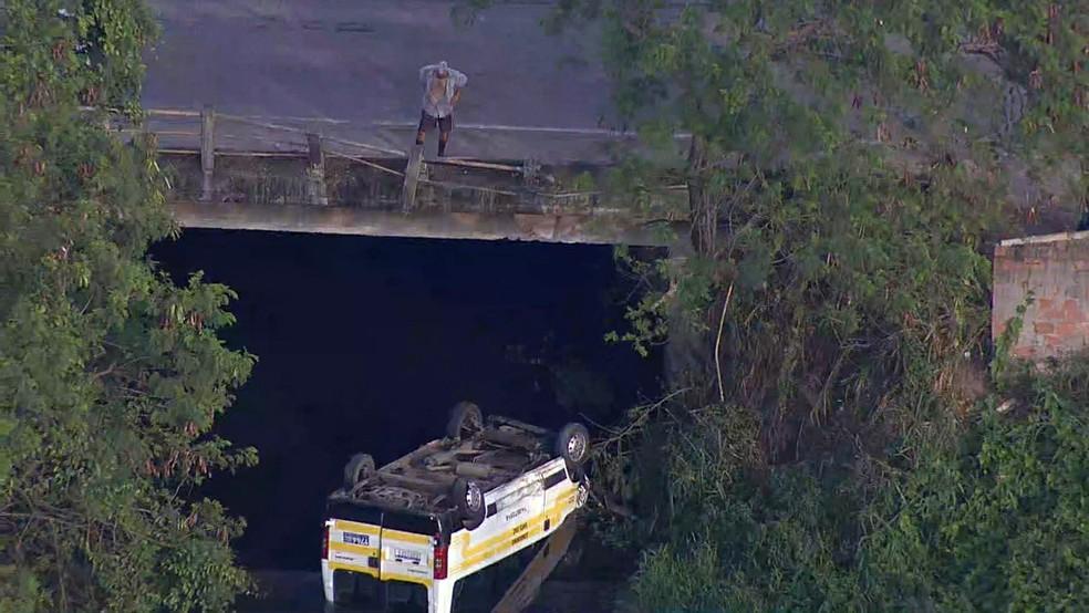 Van cai em canal de Santa Cruz — Foto: Reprodução/TV Globo