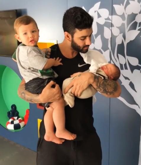O cantor Gusttavo Lima com os filhos Gabriel e Samuel (Foto: Reprodução Instagram)