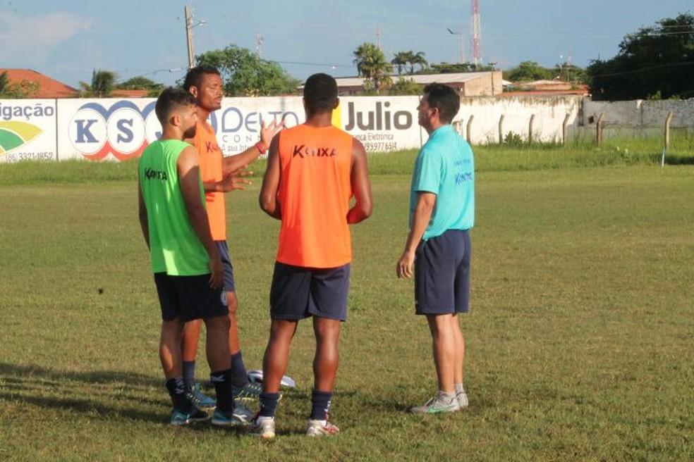 Ténico conversa com jogadores (Foto: Jorge Alves/Parnahyba)