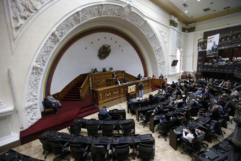 Deputado Henry Ramos Allup fala em sessão desta segunda-feira (7) no Parlamento da Venezuela (Foto: AP Photo/Ariana Cubillos)