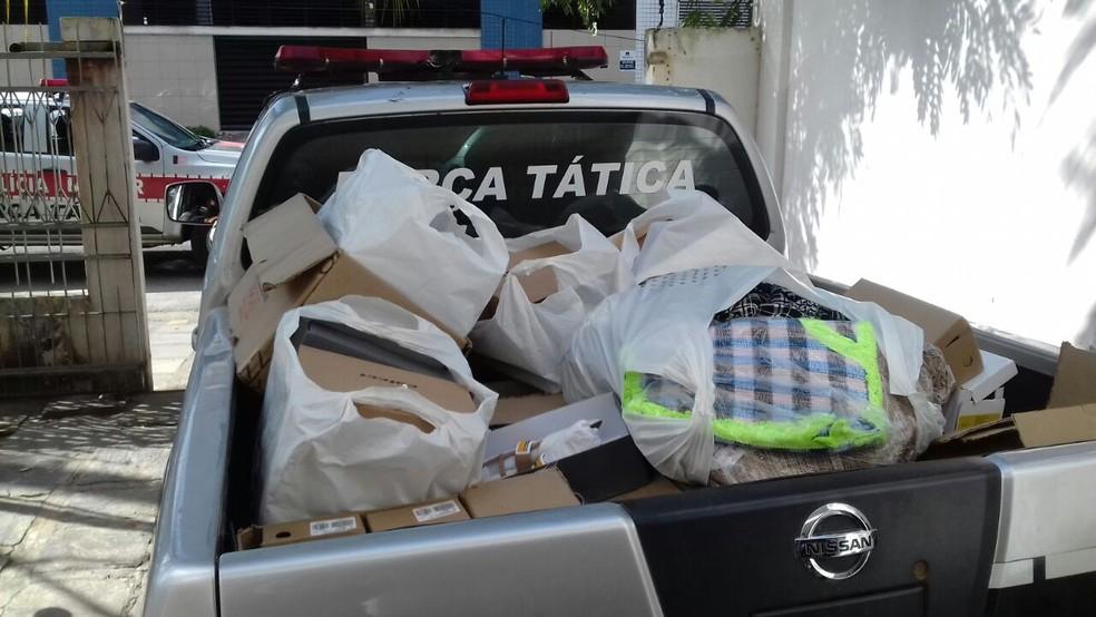 Com as mulheres, polícia apreendeu vários objetos roubados de distribuidora em Campina Grande (Foto: Polícia Militar/Divulgação)