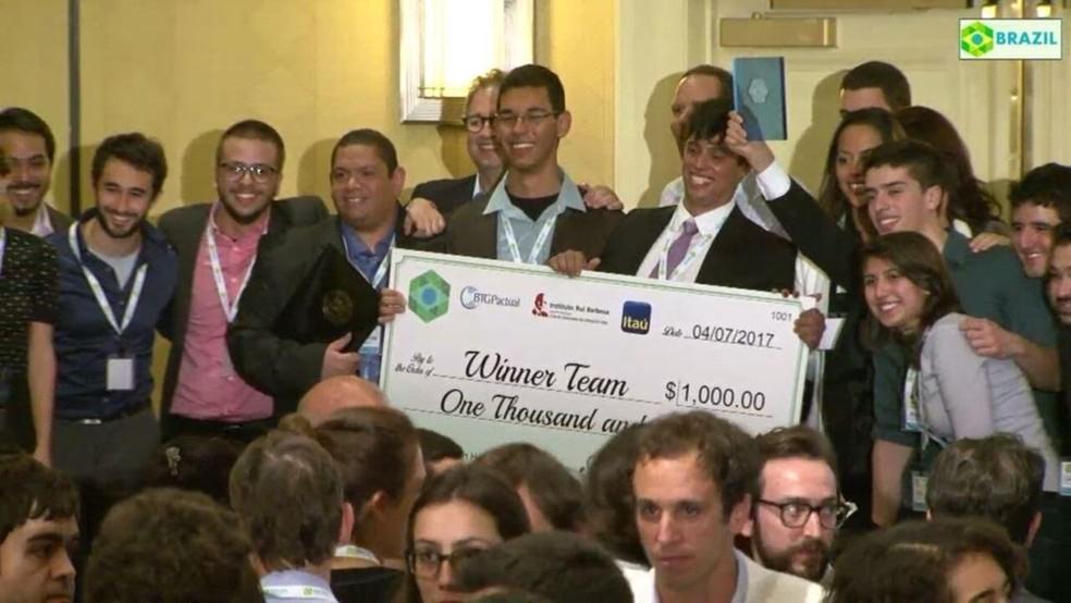 Estudantes do IFPB receberam o prêmio de mil dólares por projeto de chupeta eletrônica no HackBrazil (Foto: Reprodução/Site do Brazil Conference at Harvard & MIT)