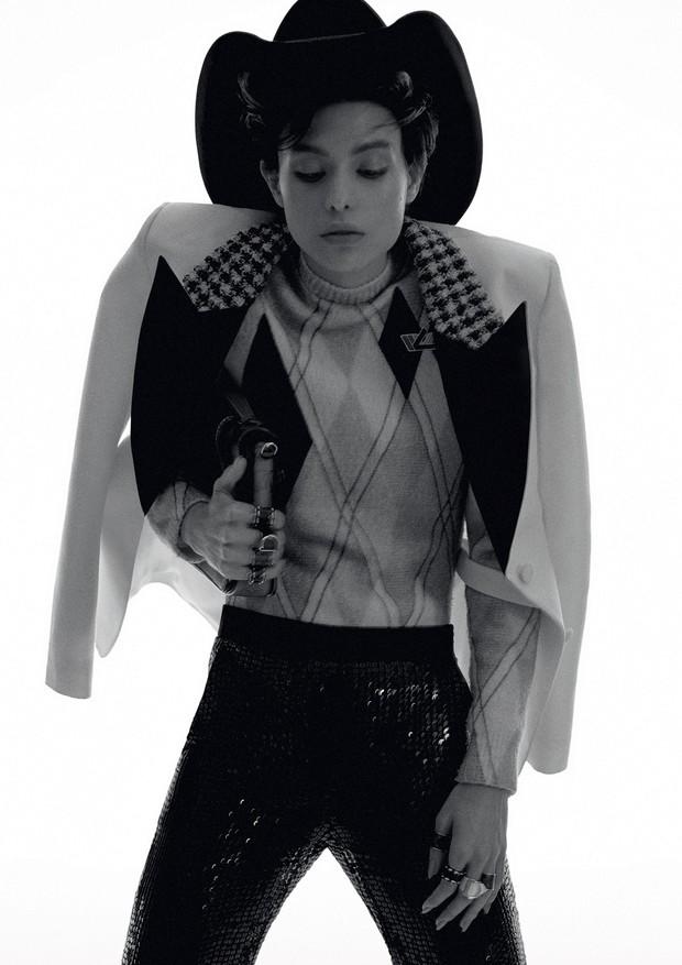 Brenda Larigaudie usa blazer, R$ 14.900, body, R$ 7.450, calça, bolsa, R$ 11 mil, e anéis, tudo Louis Vuitton no Iguatemi São Paulo (Foto: Hick Duarte)