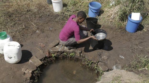 BBC: Área de seca no Zimbábue; ONU estima que 40% da produção de grãos e 45% do Produto Interno Bruto global estarão comprometidos em 2050 se a degradação do ambiente e os recursos hídricos continuarem nas taxas atuais (Foto: EPA VIA BBC)