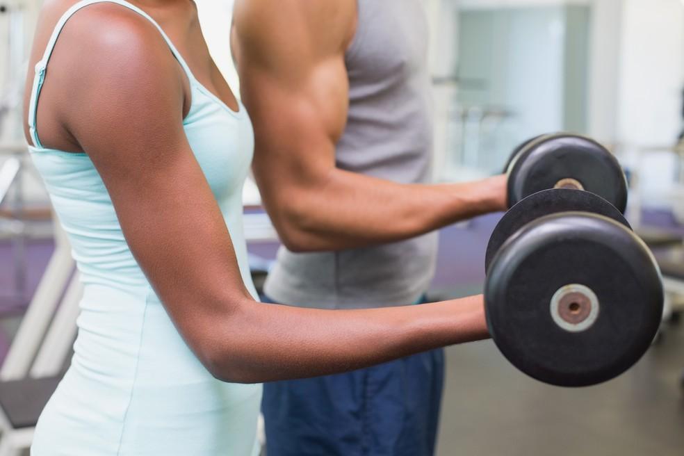 Hipertrofia entre mulheres só é alcançada com treino e específico, dieta especial rica em proteínas e muita malhação — Foto: Istock